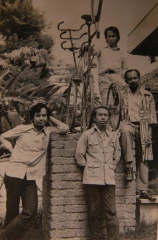 2. Anggota Decenta di depan Galeri Decenta Jalan Dipati Ukur no.99 (Dokumentasi A.D Pirous).